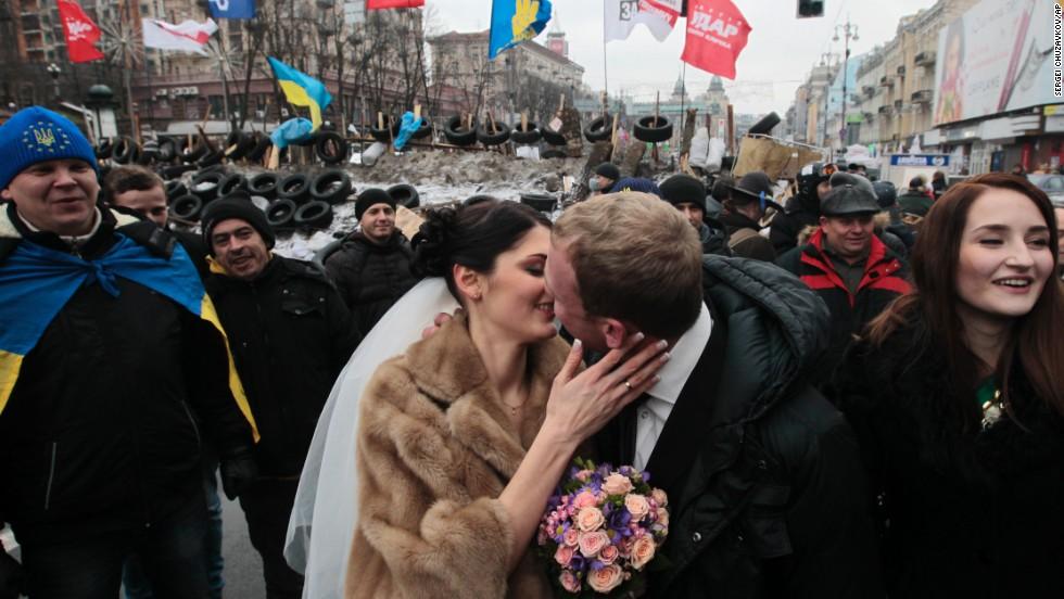 Lenin statue toppled in Ukraine protest